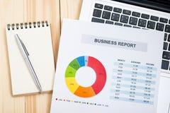 Relatório financeiro com o portátil na tabela de madeira contabilidade Fotografia de Stock Royalty Free
