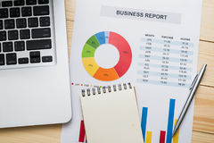 Relatório financeiro com o portátil na tabela de madeira contabilidade Fotos de Stock