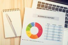 Relatório financeiro com portátil e caderno contabilidade Imagem de Stock Royalty Free
