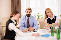 Relatório finansial da discussão da reunião da equipe do negócio Imagens de Stock