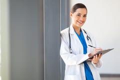 Relatório médico da escrita do trabalhador Fotografia de Stock Royalty Free