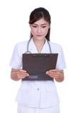 Relatório médico de leitura da enfermeira fotos de stock royalty free