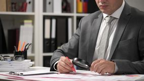 Relatórios comerciais, tabelas dos dados e cartas - diretamente acima da vista do espaço de trabalho da tabela do escritório vídeos de arquivo
