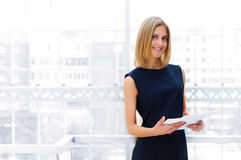 Relatórios da terra arrendada da mulher de negócio Imagens de Stock Royalty Free