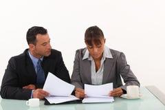Relatórios de revisão dos profissionais do negócio Imagem de Stock Royalty Free