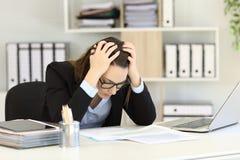 Relatórios de vendas deprimidos da leitura do trabalhador de escritório Fotografia de Stock Royalty Free