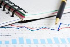 Relatórios do mercado de valores de acção. Fotografia de Stock