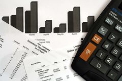 Relatórios financeiros & calculadora imagens de stock