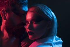 Relaties en verhouding Sensueel paar in romantische relaties Vrouw en man met make-up en modieus haar, relaties royalty-vrije stock afbeelding