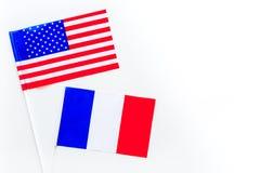 Relaties V.S.-Frankrijk De samenwerking van het land Amerikaanse en Franse vlaggen op de witte ruimte van het achtergrond hoogste Royalty-vrije Stock Afbeeldingen