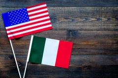 Relaties V.S.-Italië De samenwerking van het land Amerikaanse en Italiaanse vlaggen op de donkere houten ruimte van het achtergro Royalty-vrije Stock Afbeeldingen