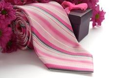 Relation étroite et boîte-cadeau avec des fleurs Photo libre de droits