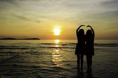 Relation d'ami sur la plage Image libre de droits