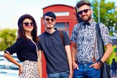 Relation de culture de la jeunesse, amis sur la rue Image stock