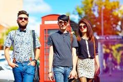 Relation de culture de la jeunesse, amis sur la rue Photographie stock libre de droits