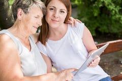 Relation entre la grand-maman et l'petit-enfant image libre de droits