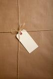 Relations étroites d'un carton d'expédition avec la chaîne de caractères avec une étiquette blanc Photos libres de droits