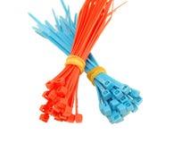Relations étroites de fil en plastique bleues et rouges Photo libre de droits