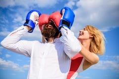 Relations adroites de jeu de tours Jeu ou lutte de relations Jouez et ayez l'amusement Dupe chaque femme doit savoir Fille image libre de droits