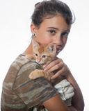 Relations affectueuses entre la fille et le chat Photo libre de droits
