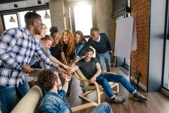Relations amicales parmi des adolescents Image stock
