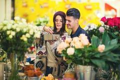 Relations, amour, concept roman - jeune couple heureux Image stock
