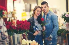 Relations, amour, concept roman - jeune couple heureux Photos stock