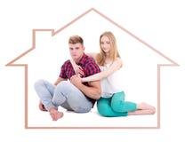 Relations, amour et concept à la maison - jeune homme et femme dans le hou Photographie stock libre de droits