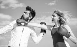 Relations comme concept de lutte L'homme et la femme combattent le fond de ciel bleu de gants de boxe Défendez votre avis dedans photos libres de droits