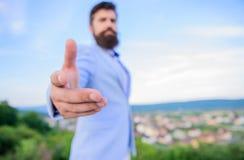 Relations d'affaires Main de main d'offre d'homme d'affaires pour le fond de ciel bleu de poignée de main Geste amical de poignée images libres de droits