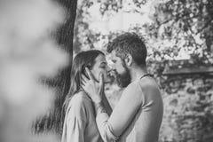 Relations d'amour le couple heureux d'automne dans l'amour avec l'arbre jaune part Photo stock