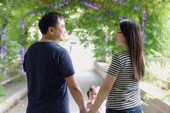 Relations douces heureuses de parent et d'enfant d'amant de mari ou d'épouse de conjoint de famille les belles apprécient de pair Photographie stock
