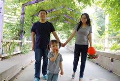 Relations douces heureuses de parent et d'enfant d'amant de mari ou d'épouse de conjoint de famille les belles apprécient de pair Photos stock