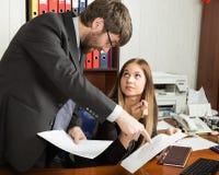 Relations entre les supérieurs et les subalternes Le patron fâché criant à sa femme et elle d'employeur est étonné et photo stock