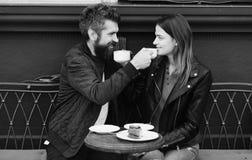 Relations et concept de date La femme et l'homme avec les visages de sourire ont la date au café Photos stock