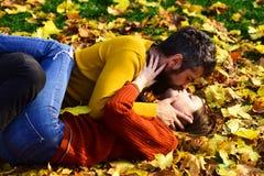 Relations et temps de chute Homme et femme avec les visages tendres Image stock