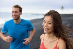 Relations heureuses - couple souriant ayant l'amusement Images libres de droits