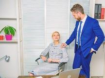 Relations interdites Harc?lement sexuel au travail Identifiez le poursuivant Le flirt ou le harc?lement sexuel reconnaissent et r image libre de droits