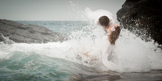 Relations Romance d'amants d'océan de plage d'amour de couples d'engagement Image libre de droits