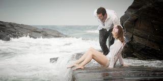 Relations Romance d'amants d'océan de plage d'amour de couples d'engagement Photos libres de droits