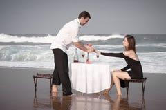 Relations Romance d'amants d'océan de plage d'amour de couples d'engagement Photo libre de droits