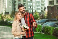 Relations romantiques d'amour de promenade de ville de jeunes couples Photos libres de droits