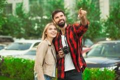 Relations romantiques d'amour de promenade de ville de jeunes couples Photo stock