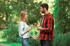 Relations romantiques d'amour de promenade de ville de jeunes couples Images stock