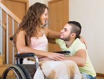 Relations romantiques dans la chaise invalide Photographie stock