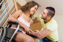 Relations romantiques dans la chaise invalide Photos stock
