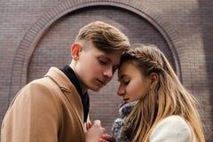 Relations sensuelles tendres d'ado d'amour d'étreinte de couples Photo stock