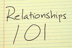 Relations 101 sur un tampon jaune Images stock