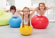 Relativo alla ginnastica a casa - con le grandi palle Fotografie Stock