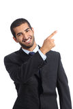 Relatore arabo dell'uomo di affari che presenta e che indica sul lato Immagine Stock Libera da Diritti